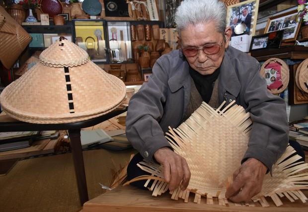 Nghề làm nón Minachi-gasa ở Nhật Bản đang dần biến mất, chỉ còn 1 nghệ nhân cuối cùng đã bước qua tuổi 100