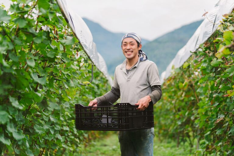 """Dịch bệnh Covid-19 khiến nhiều người Nhật về quê """"nuôi cá và trồng thêm rau"""", sống tự cung tự cấp"""