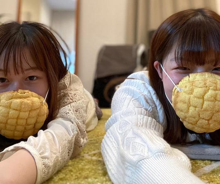 Giải pháp để có thể vừa đeo khẩu trang vừa ăn Melon-pan đã xuất hiện ở Nhật