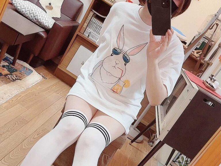 Không thuê được người mẫu, nam họa sĩ Nhật Bản tầm 40 tuổi tự mặc áo con thỏ do mình thiết kế để quảng cáo