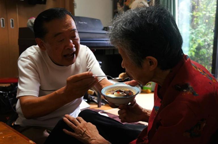 Cảm động người chồng dậy sớm nấu và trang trí bữa sáng cho vợ bị Alzheimer